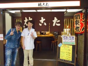 FM802の西田パーソナリティーと記念撮影 左)西さん、右)岡店長