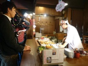 堀田アナウンサーに関東煮の由来について取材を受けます